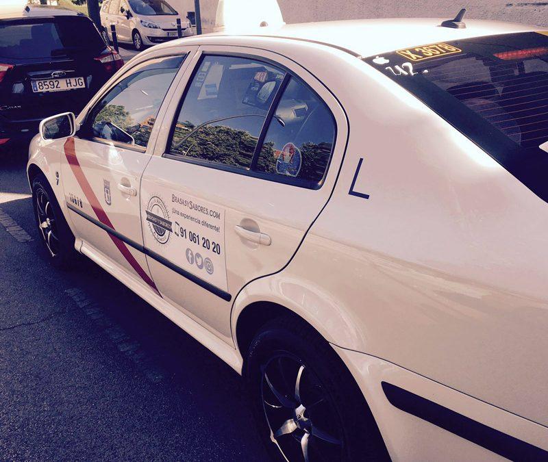 Taxi madrileño con publicidad de Brasasysabores.com