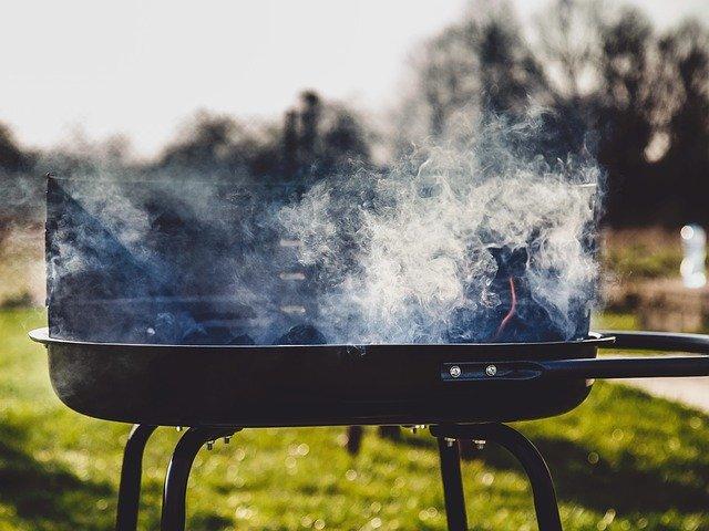Barbacoa o parrilla pequeña con carbón encendido y listo para asar un asado argentino